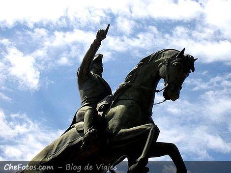 Foto de una estatua de San Martín