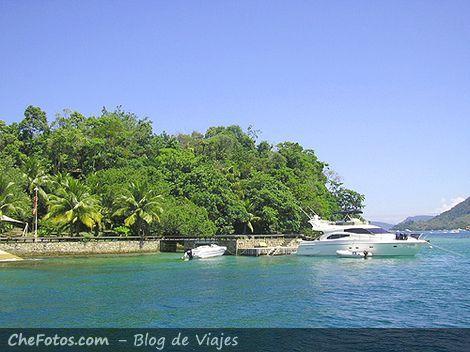 Yate en una isla de Angra Dos Reis