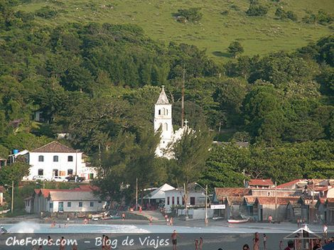 Playa e Iglesia de Garopaba