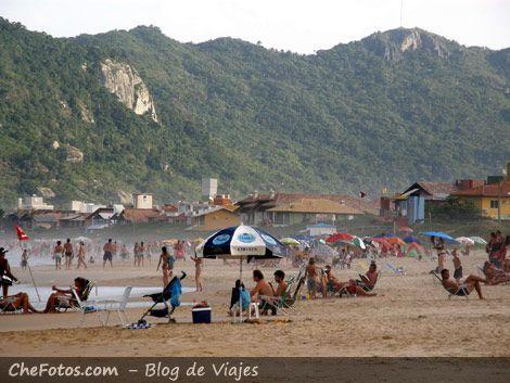 Playa familiar en Bombinhas, Brasil