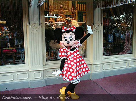 Minnie posando pero Mickey se hizo la rata