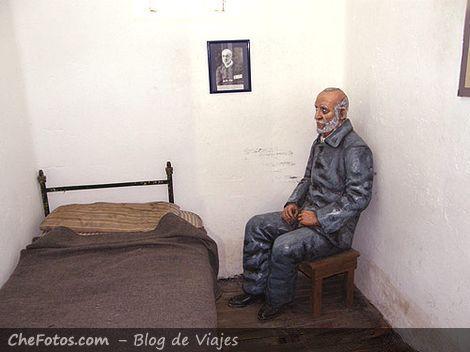 Escultura de un preso en su celda