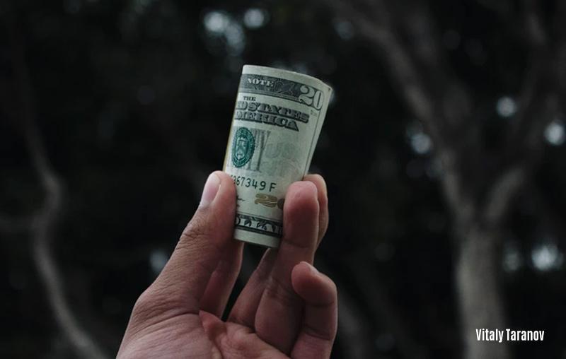 Los billetes viejos de u$s 100. Charlando con el gerente de un banco. 3