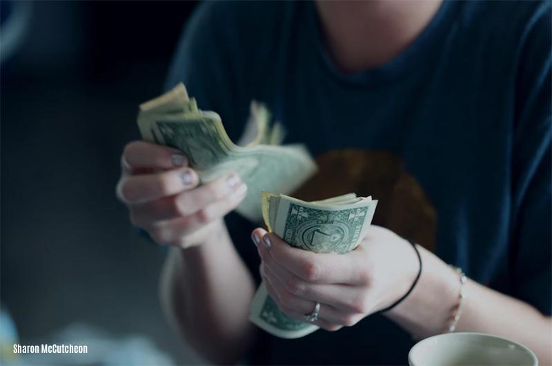 Los billetes viejos de u$s 100. Charlando con el gerente de un banco. 2