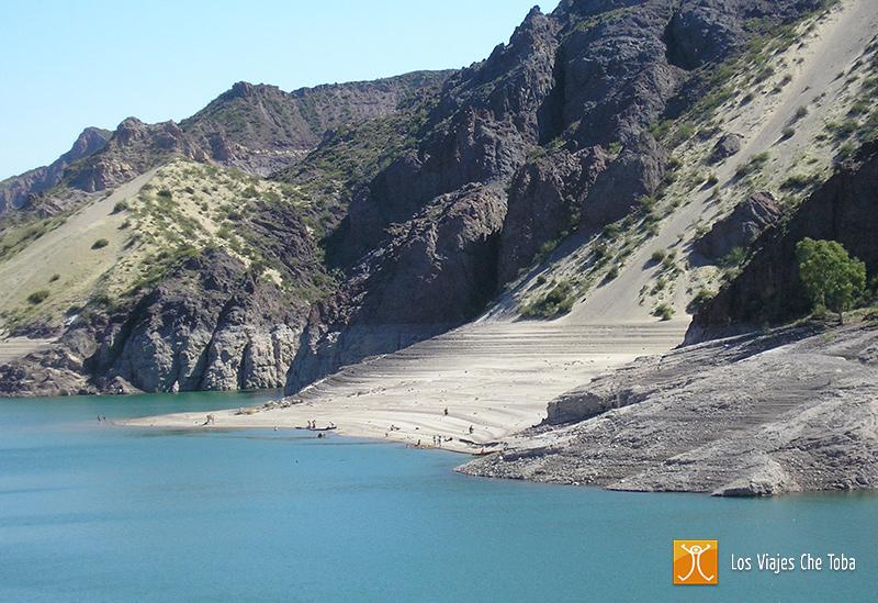 Playas en el lago de embalse Valle Grande, Mendoza