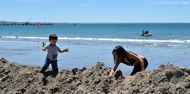 chicos-jugando-playa