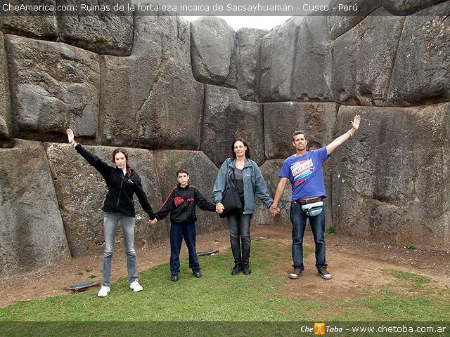 Familia Viajera en Sacsayhuaman