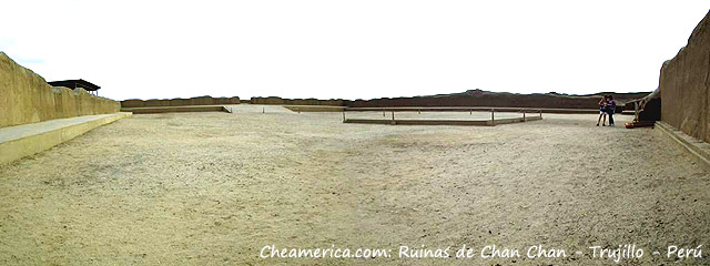 Panorámica plaza central de Chan Chan