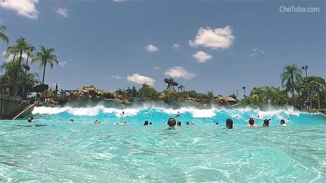 Piscina o laguna con grandes olas artificiales - Typhoon Lagoon