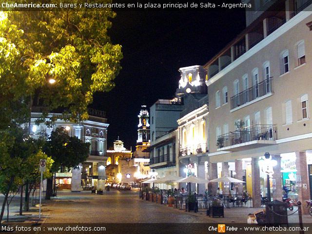 Foto de la Plaza de Salta (de noche)