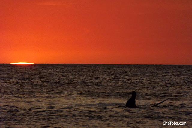 surfer-atardecer-tamarindo